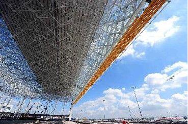 上海虹桥机场机库钢结构屋架整体提升就位