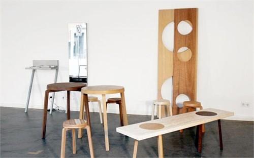 在人多的时候把长条木板安装在两只凳子上