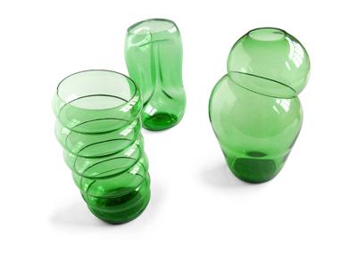 库肯用类似矿泉水瓶的材料,制作出形状各异的花瓶图片