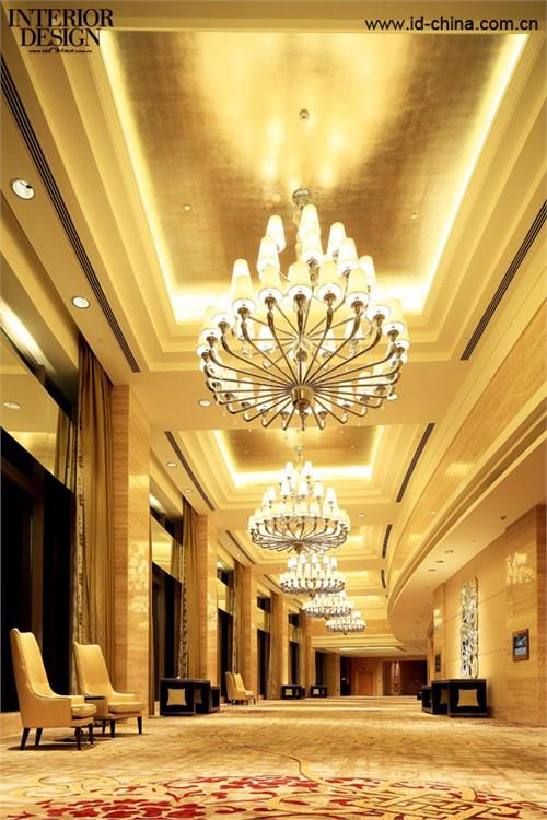 奢华的水晶灯装饰,将空间氛围点缀得格外高雅。
