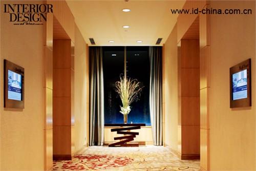 走廊尽头的对景,灯光的设计加强了氛围的 营造。