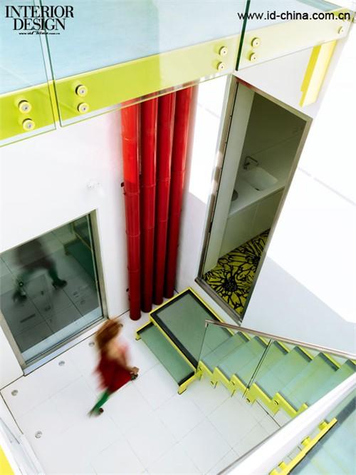 彩色的楼梯成为室内空间的活跃灵动之处。1