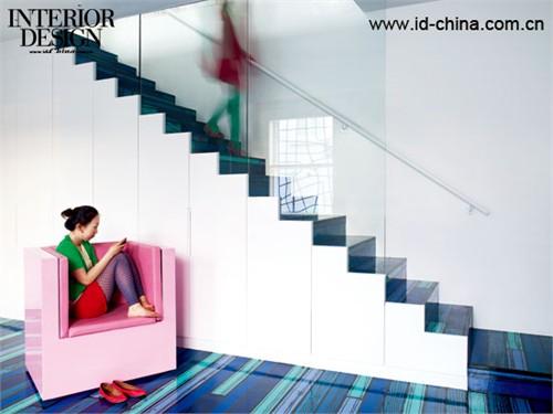 彩色的楼梯成为室内空间的活跃灵动之处。2