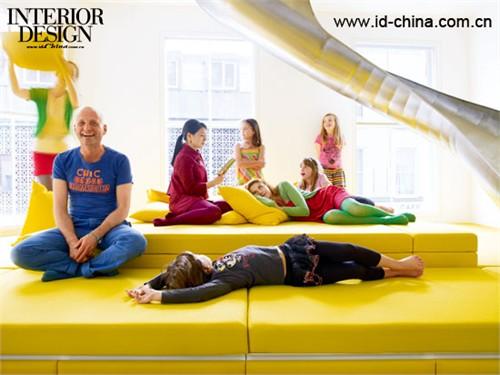 沙发的色彩和地面异曲同工,滑梯成为孩子们最喜爱的地方。1