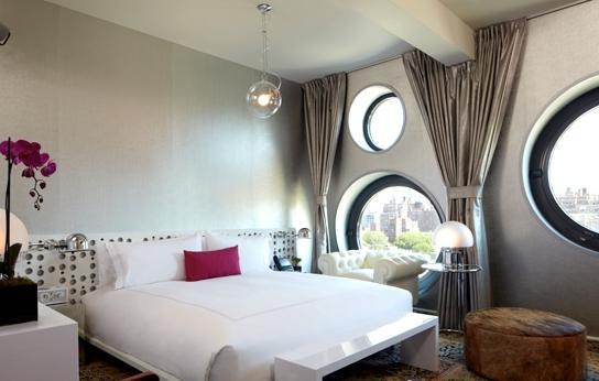 在室内设计上,建筑师完全吸收了梦幻感十足的Andy Warhol及其艺术特质的工作室的精髓。受该工作室颇具沙砾感却又圆滑整洁的风格影响——其大面积阁楼空间的墙面均饰以反光的铝箔纸——梦想中心酒店将这种金属主题移植到现代,将银质感的涂层作为闪烁背景带给客户以无限空间的超级体验。