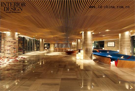 酒店大堂天花的造型,保持了建筑外立面形体的一致性