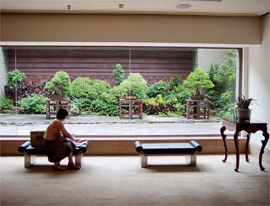 """台湾鸿禧博物馆,地下空间实现了室内外的对话与沟通   直到近期的国家博物馆改造,还是在原来的基础上改造成为一种当今中国的时代精神。这次改造,得到了国家博物馆原设计师张开济先生的认可。在张开济先生去世前,他看到了国家博物馆的设计图纸,他觉得很欣慰,说,""""比我们当时做的好。""""当时因为经济条件限制没有达到高度的室内空间,在这次改陈中达到了。看过图纸五天后,张开济先生含笑九泉。但这次改造,仍然有许多问题值得反思。比如,只是保留了原有建筑的外壳,室内全部更新。连原有的地面都换掉了。原有地面"""