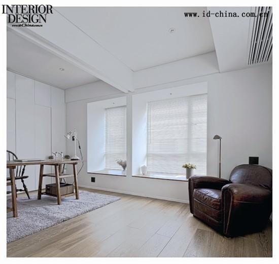 设计师通过特有的手段,将浴缸和洗手台变成了更衣室和主卧的小隔断