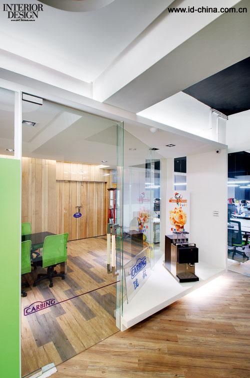 """小会议室   业主希望新的办公室能为企业带来全新的精神与品牌定位,办公室功能区被划分为接待区、会议区、办公区、展示区、教育训练区以及仓储区。设计师考虑到办公区域与展示区域重叠使用的空间中,产品展示的开放性与商业运营的机密性相互冲突,所构成的""""矛盾的交叉点""""被设计师巧妙地运用并贯穿到整个设计当中。"""