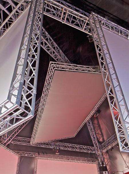 """oma在戛纳电影节上设计""""金字塔""""临时观影馆"""