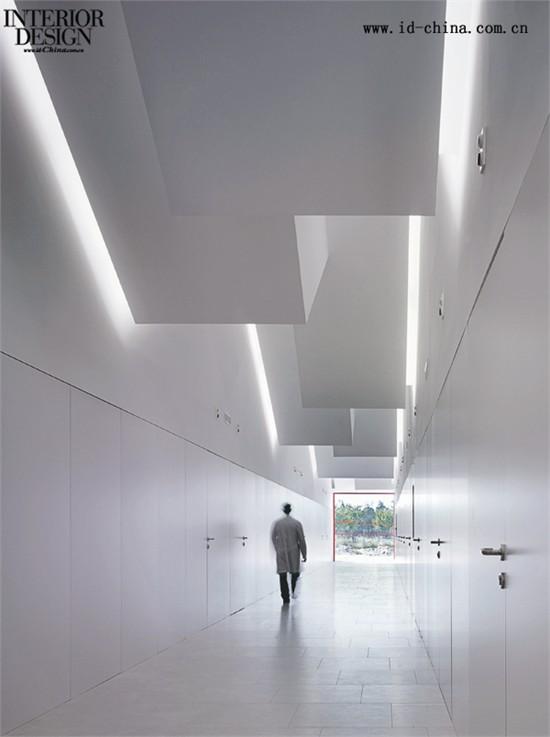 建筑屋顶的结构为室内的走廊提供了绝妙的自然