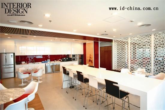 天花两侧的木色板,木制电视墙以及前台桌的木饰面相互呼应,与红色玻璃