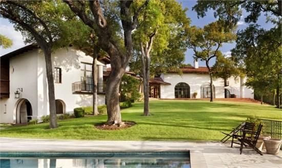 这座美丽的住宅位于美国德克萨斯州的奥斯丁。住宅占地11000平方英尺。由于住宅是建造在小山上,所以从这边区域可以看到美丽的奥斯丁湖景观。整座建筑是乡村风格和现代设计的完美结合。住宅的外观简单而又传统。内部设计高雅、复古,乡村氛围浓厚。