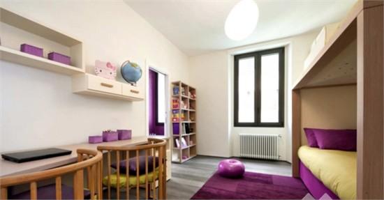 在对公寓室内设计的过程中,设计师对一些窗户进行了重新布局,同时室内的原有格局也做出了改变,以此来创造多角度的视野。白天的主要空间区域就是厨房,厨房与公寓入口和起居室直接相连。设计师将厨房打造成了一个独立的空间,用连续的LED照明灯将天花板和地板隔开。通过两扇白色的玻璃推拉门,厨房可以根据主人的需要,自如的开放和关闭。