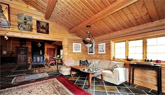 这间乡村小屋傍湖而建,四周是广袤的自然风光。房子几乎成了景观的一部分,这种印象由于它种满当地植物的绿色屋顶而越发深刻。当然其木制的材料也功不可没,摆放着色彩缤纷的沙发及摇椅的露台给人一种温馨、放松的感觉,让人产生一种归属感。室内设计不改纯朴本色,木制横梁裸露在外,这种木材的褐色与家具的温暖色调融为一体,墙上的画作及艺术品以及样式及色调都充满经典与厚实感的地毯,使得整个住宅的品味得到提升。身在自然,而不止于自然;风格纯朴,却不流于纯朴。这边是这栋湖滨小屋的本质特色。