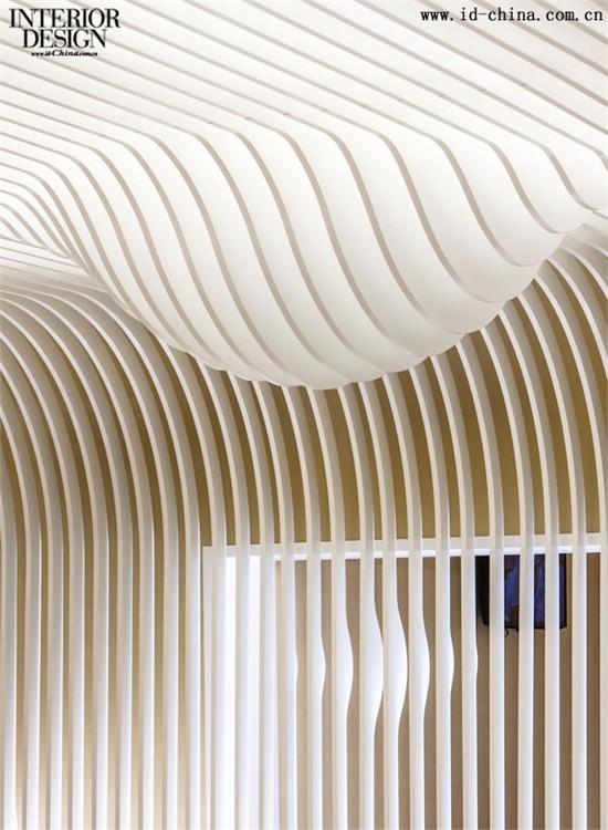 另外,木条纹格栅从天花板延伸至下,覆盖了两面墙,如此近距离的接触能