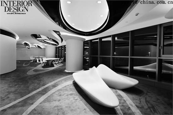 此租赁样板间面积为350平方米,拥有俯视整个建设工地南入口的视野。该项目的主设计师雷蒙·刘,曾经在扎哈.哈迪德建筑事务所工作的经历,同时是参数化设计的专家,因此对于此项目的空间设计及家具设计更加的得心应手,他顺应凌空SOHO动感流动的形态造型,将整个样板间以相适应的建筑语言进行设计,从而增强参观者对即将到来的主体建筑的形态体验和感受。
