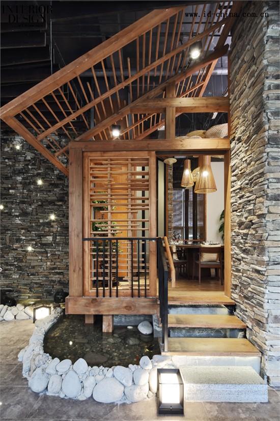 选用自然的石头和木材拉近了人与自然的距离,将纯粹地道的湘西文化