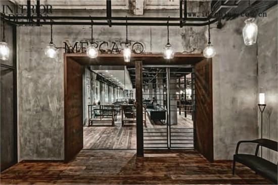 新增的钢结构与现有充满质感的砖墙,混凝土,石膏板和建筑造型形成