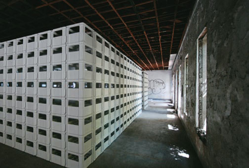 以白色为介入形象,置入不同姿态的量体,打开及渗透厂区内外界面,虚实穿透,新旧并置。白色啤酒箱组构变化而成的六个白色盒子,与粗犷的工业厂区山墙、木构桁架、挑高尺度的长条形旧厂房,对话并重塑空间。这些动作让瓶盖厂原来沉寂安静的空间形态有所转变,深入渗透到前两排仓库厂房所形成的场域,导入大大小小各种展览装置与艺术行动,从而令整个小区居民与市民都可以一起探索体验各种不同的奇遇和欢喜。