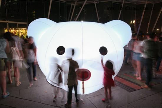 """大多数人的记忆深处都有一只玩具熊,并都有过与其玩耍的经历。不管他们现在多大,玩具熊一直是其内心挥之不去的记忆。Joujou-Ours灯光艺术装置就是这样一件充满回忆的作品,它由数只巨大的玩具熊组成,并由节能的LED灯照亮。Joujou-Ours就是法语中""""玩具熊""""的意思。每只玩具熊都有自己的个性,这不仅表现在灯光的色彩和效果,还表现在它们的设计,以及诸如帽子、眼镜和胡子等配饰上。除了展现独一无二的灯光效果外,不同的玩具熊还能通过运动传感器对人的动作和触碰做出不同的反应。走得再近"""
