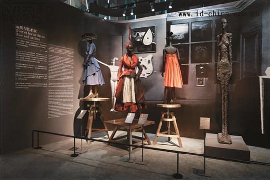 100 多件裙装、草图、鞋子、珠宝、香水瓶在上海当代艺术馆悉数亮相,用以诠释迪奥品牌一直所倡导的优雅精神。以高级定制起家,克里斯蒂安·迪奥(ChristianDior)创办的迪奥品牌多年来在时尚与艺术间游走,此次在上海当代艺术馆的展览共分9 大主题展区,不仅将上百件历代迪奥设计师最具代表性的高级订制时装展示于前,同时还邀请著名摄影师帕特里科• 德马切雷(Patrick Demarchelier),及中国艺术家刘建华、林天苗、邱志杰、严培明、曾梵志、张洹、郑国谷等,让他们用自己的方式