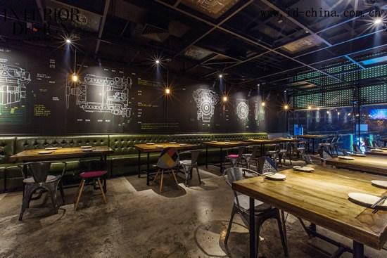 """编辑:Danya Yuen 摄影:张毅 设计单位:悦界设计 主创设计:郭明、叶格   汽车与美食是两个截然不同的概念,在串亭烧烤居酒屋的设计项目当中,这两个不相干的概念却得到巧妙融合。这间以汽车为主题的创意餐厅,看上去更像一间""""美食工厂""""。两位创始人曾在清华学习专业汽车制造,多年后成为奔驰中国高管,串亭是两位实现自我价值以及发挥创意的地方。设计师结合两位创始人过去的故事以及他们对汽车的喜爱,以汽车为载体讲述创始人的过去、当下与未来,并以此创造全新的用餐体验。"""