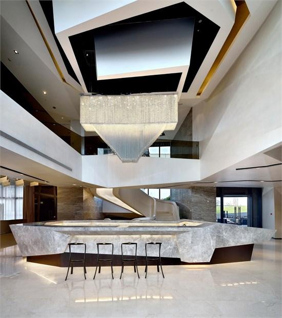 """1973年出生于台湾高雄,1999年毕业于台湾逢甲大学建筑系,2001年到上海发展,并成立了「达观国际建筑室内设计事务所」以""""达者为新,观之有道""""为设计宗旨,致力于建筑室内空间设计领域。2006年出版个人作品集《达观视界》,2009年取得法国Conservatoire National des Arts et Metiers建筑管理硕士学位。"""