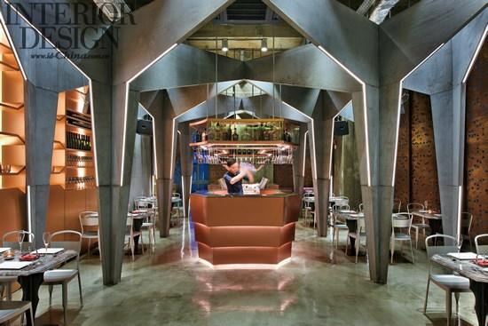 编辑:赵亚琦 设计师:Michael Liu (Millimeter Interior Design Ltd.) Castello 4是一间位于香港中心地带的西式餐厅/酒吧,总面积约2200呎,主要提供精致意大利菜及高级酒类饮品,它是一个既前卫又高雅的聚脚点。由于Castello 4位处于商业大厦内,故设计师需设法引起大众对餐厅的注意,以增加客人的流量。由此可见,设计师决定创作出一个震撼的视觉效果,务求在电梯门开启的一刹那,吸引更多人的注意。 设计由此空间的中轴线开始,以双重折迭的概念创造出对称的拱形天花