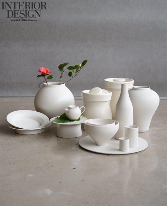 """大浦裕记 孤独的陶艺家。1978年生于兵库县神户市。每天8点起床,深夜3点入睡,作息严苛。其代表作为""""锖漆""""和""""锡漆""""。众所周知,漆器制作相当繁琐,大浦将漆、锡导入了陶器,工序叠加,每样器皿要烧制七至八遍。为追求理想之作,以致产量不高,日常清苦。此展将有一批新作,期待收获惊喜。"""