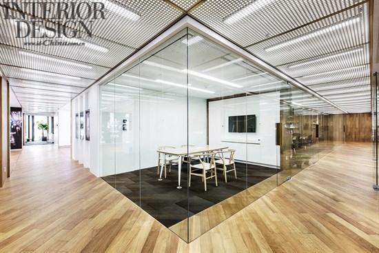 柚木木饰面,柚木实木复合地板,白色大理石,穿孔铝板,白色烤漆玻璃