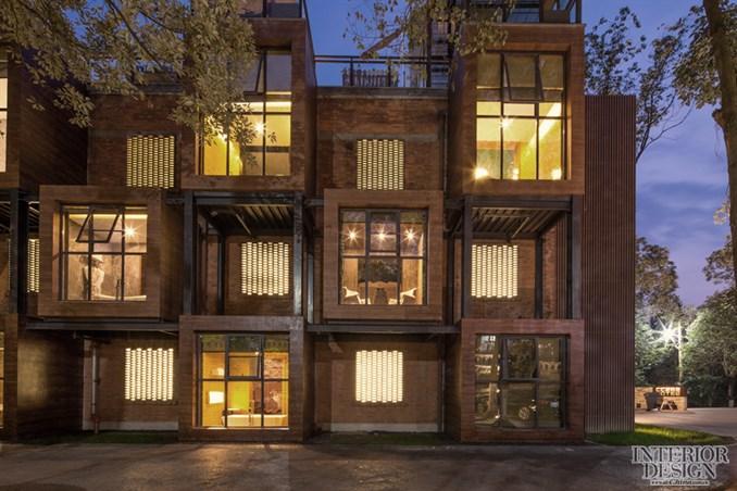 但第三个问题又来了,老房子当时的消防设施不符合要求,设计团队在建筑后侧重新加了电梯核心筒,在建筑正面加了消防楼梯。 在景观的处理上,设计师使用了大面积的水面,树在水面形成倒影,展现最简单、最自然的光影效果。此外,地面采用灰麻铺贴,形成自然对比效果。