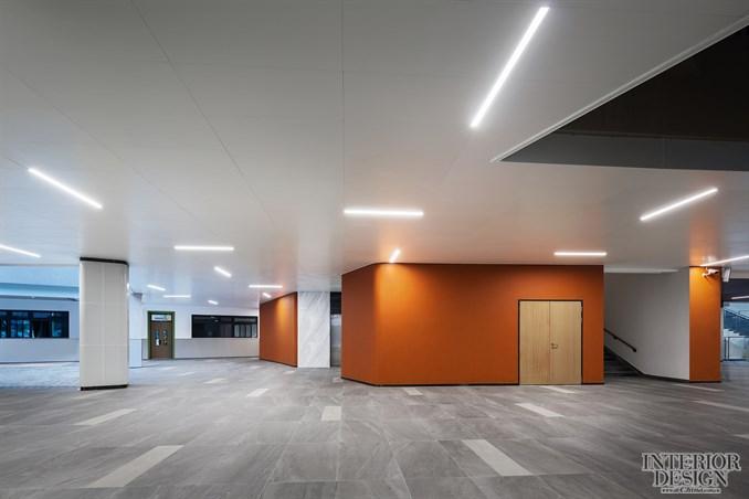 一层中庭 图书馆分服务区、办公收纳区、陈列区等五个主要区域,采取不同的布局方式,列阵与半围合相互搭配,整齐又不乏味,功能分区明确,动态流线畅通。蓝色、绿色、粉色等色彩使学生更高效地进入学习氛围。柱子与书架设计相结合,化解柱子在空间中的体量感,同时增强空间趣味性。